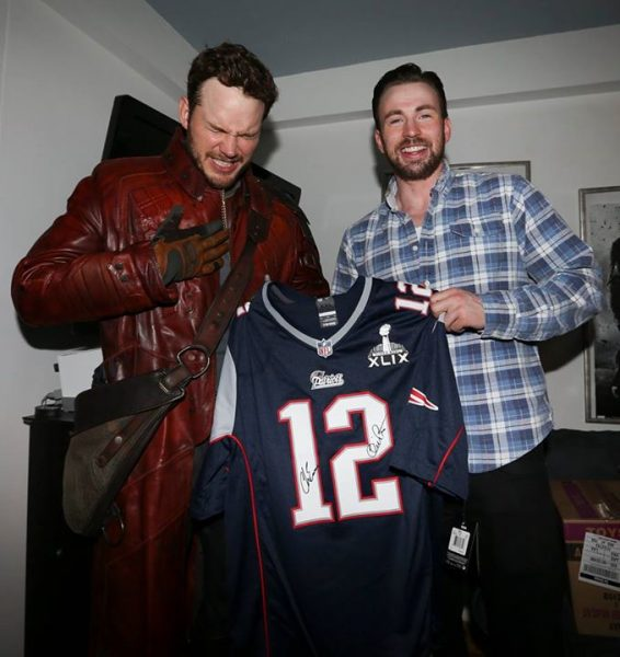 chris pratt reacts to tom brady patriots jersey for chris evans 2015
