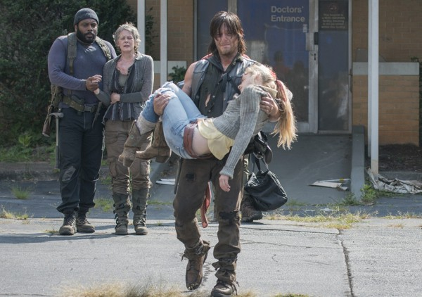 daryl carrying beths dead body on walking dead 2015