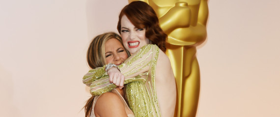 jennifer aniston squeezed to death from emma stone at oscars 2015