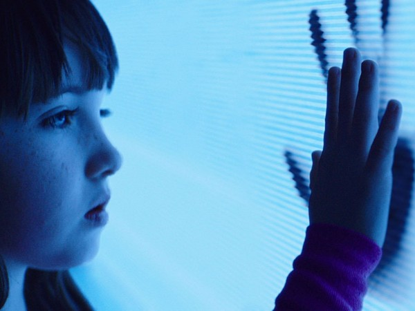 poltergeist remake kennedi clements spirit watch 2015 images