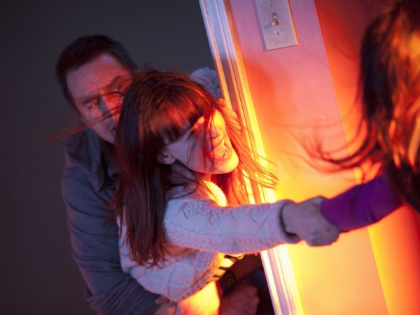 poltergeist sam rockwell trying to save girl from demons 2015 images