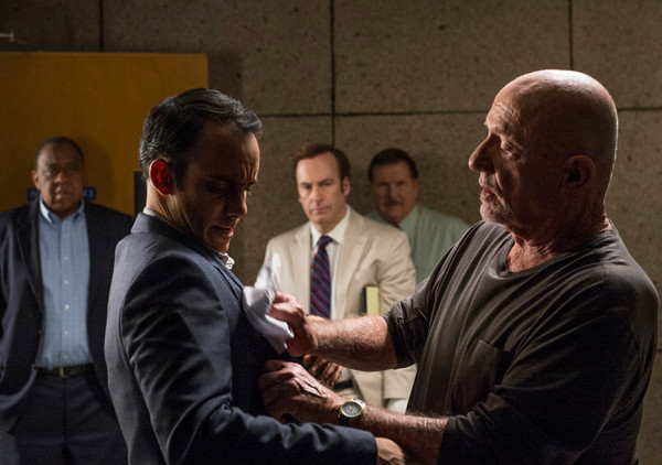 mike steal cops book on better call saul ep 6 recap images 2015