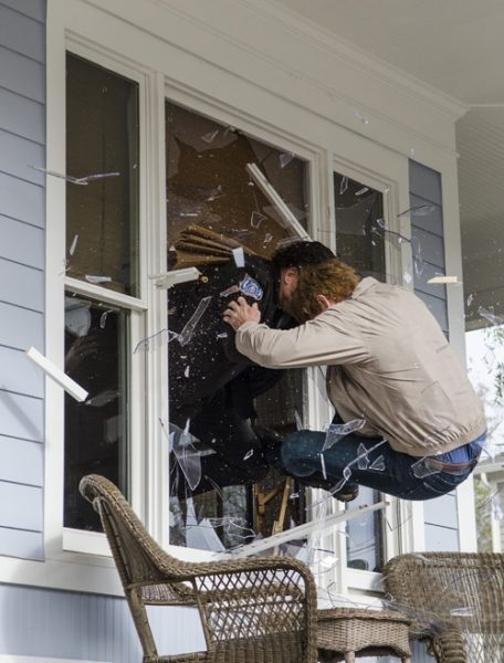 pete rick fight through window walking dead 515 2015