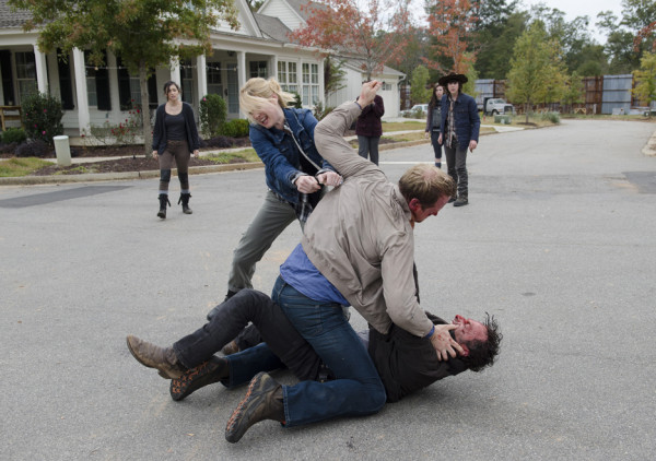 pete waling on rick fight walking dead try 515 2015 images