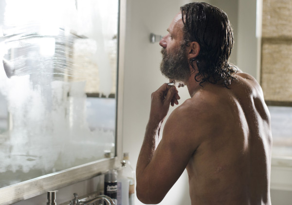 rick grims shirtless shaving andrew lincoln walking dead remember 2015
