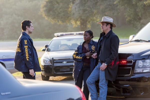 justified timothy olyphant with cops on justified ep 613 final 2015