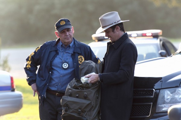 raylan with money on justified ep 613 finale 2015