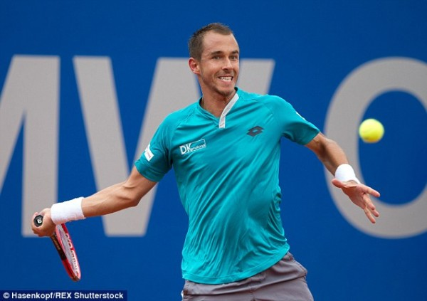 lukas rosol returning ball to andy murray at 2015 munich open tennis