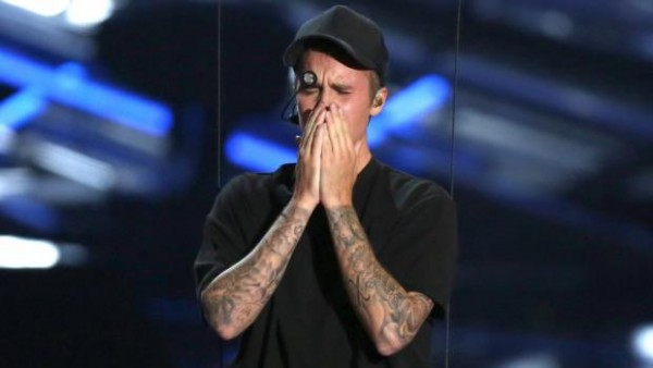 justin bieber vmas flies and cries 2015 gossip