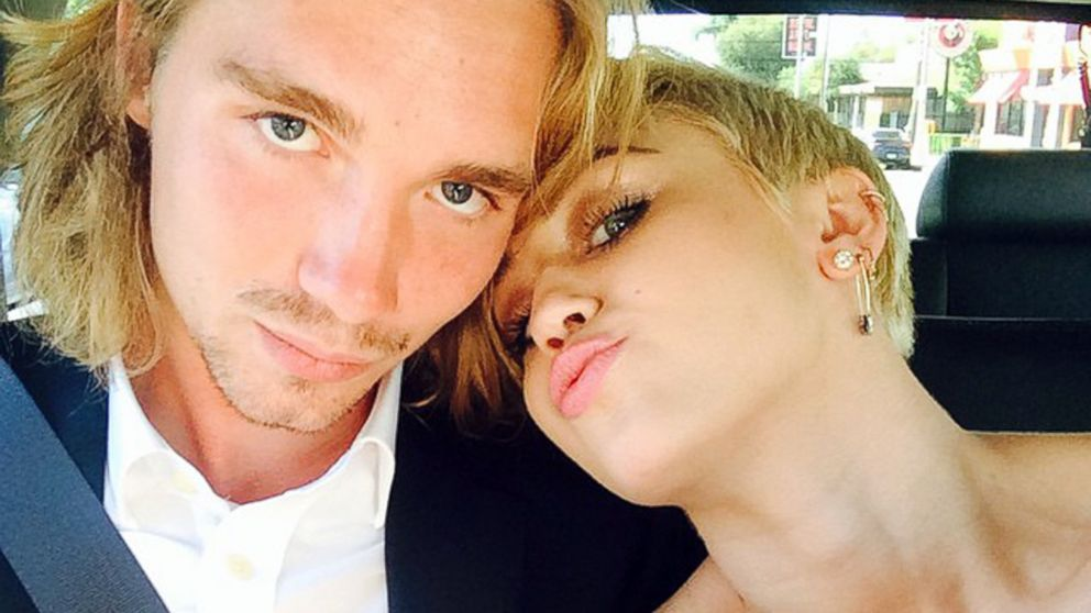 miley cyrus date jesse helt had arrest warrant after vmas