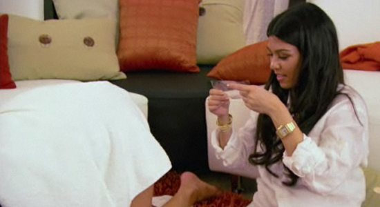 kourtney gives khloe kardashian a bikini wax 2014