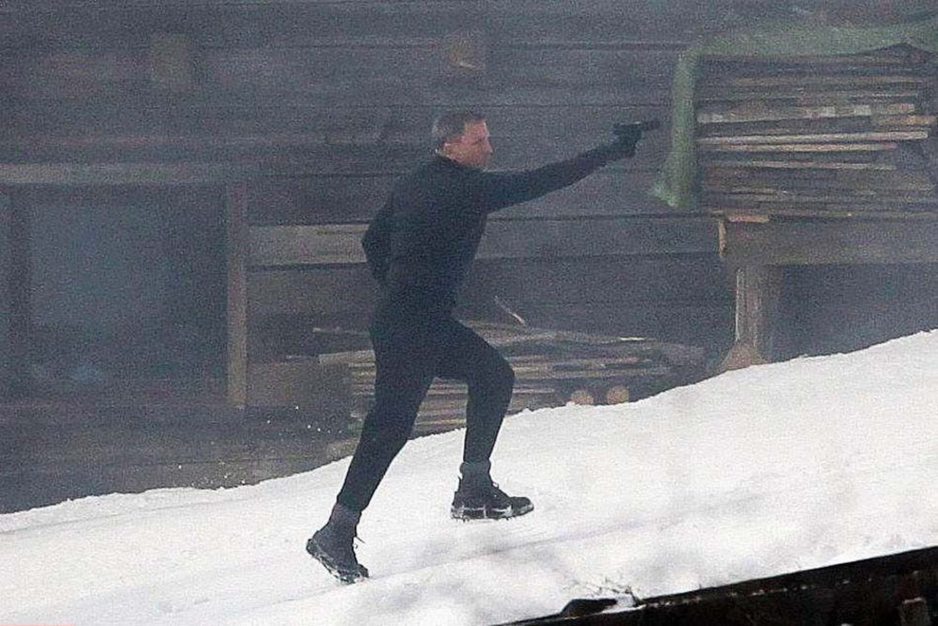 Daniel Craig Proves James Bond Can Get Hurt With SPECTRE Knee Injury