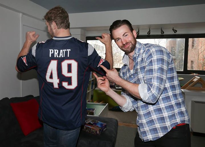 chris pratt wearing new england patriots jersey for chris evans 2015
