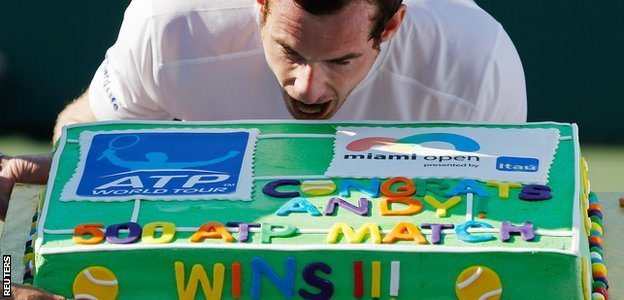 andy murray biting into 500 tennis wins cake 2015