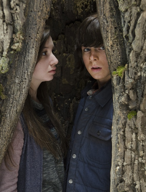 carl in tree with enid on the walking dead 515 2015