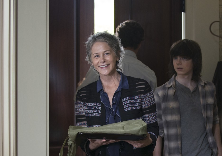 carol brings applesauce cookies to deannas on the walking dead 2015