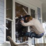 pete rick fight through window walking dead 515 2015
