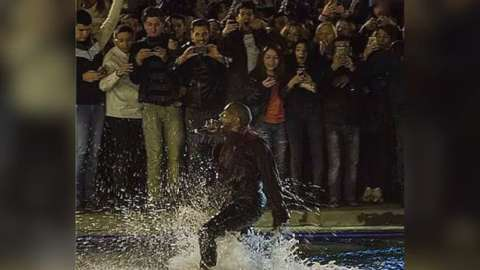 kanye west leaves concert early after fountain jump 2015 gossip