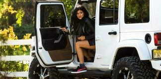kylie jenner snapchats instagram while driving 2015 celeb gossip