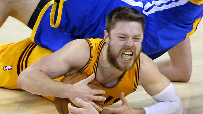 matthew dellavedova cramped up during nba finals 2015