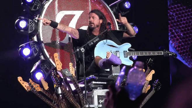 dave grohl performs foo fighters injured throne 2015 gossip