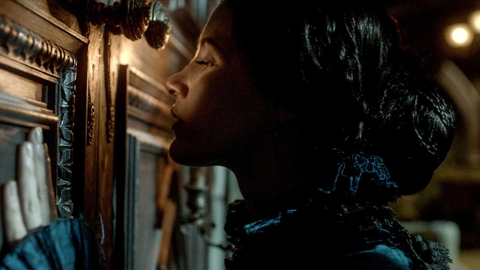 crimson peak featurette sneaks in 2015 images