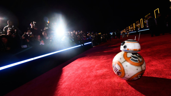 bb 8 posing star wars premiere force awakens 2015