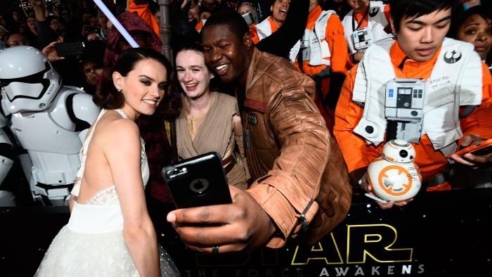 daisy-ridley-wide star wars premiere force awakens 2015