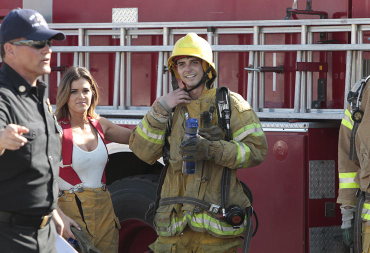 bachelorette JOJO FLETCHER with wells pulling hose