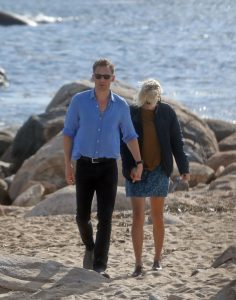taylor-swift-holding-hands-with-tom-hiddleston