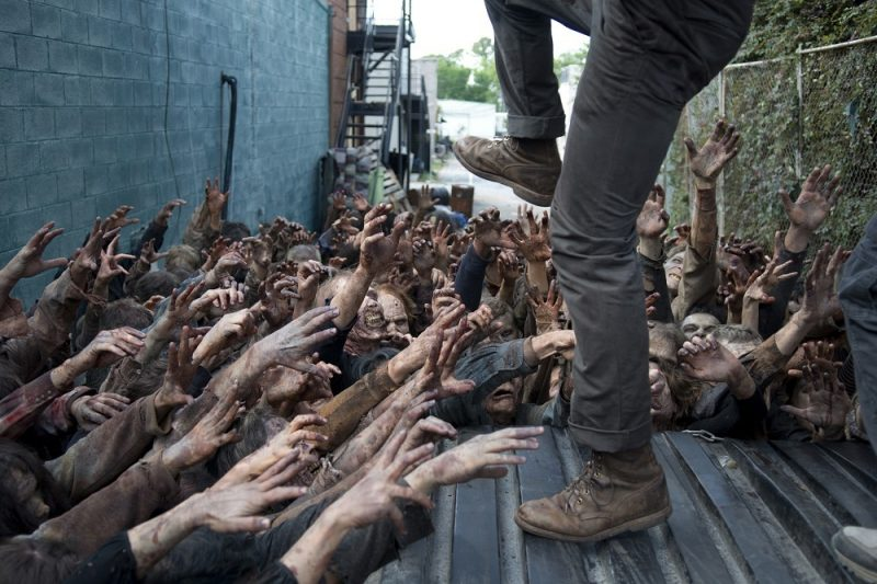 walking dead season 6 glenn fighting off walkers