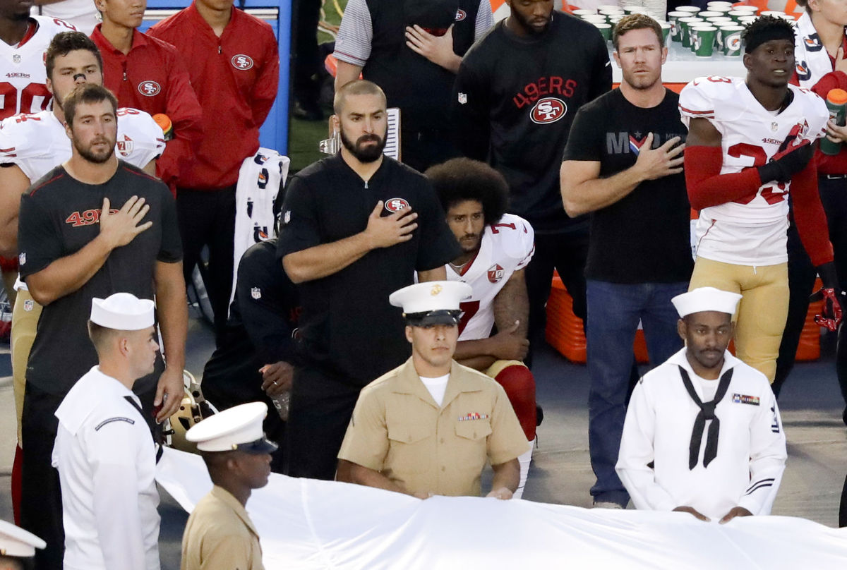colin kaepernick and eric reed take a knee during 49ers national anthem 2016 imagtes
