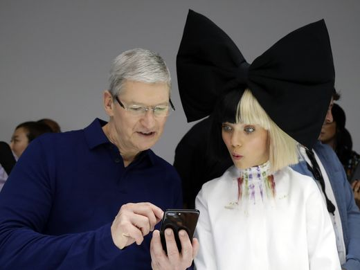 tim cook showing iphone 7 to maddie ziegler