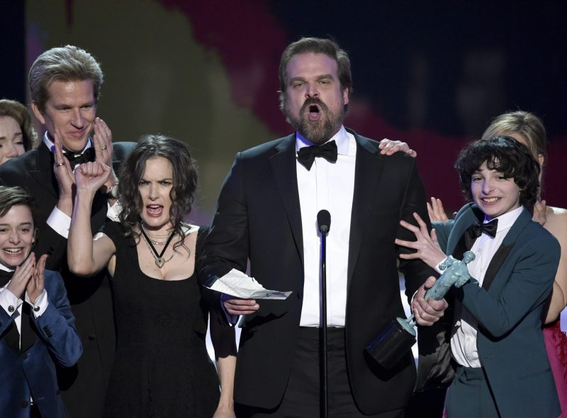 stranger things shakes up sag awards 2017 images