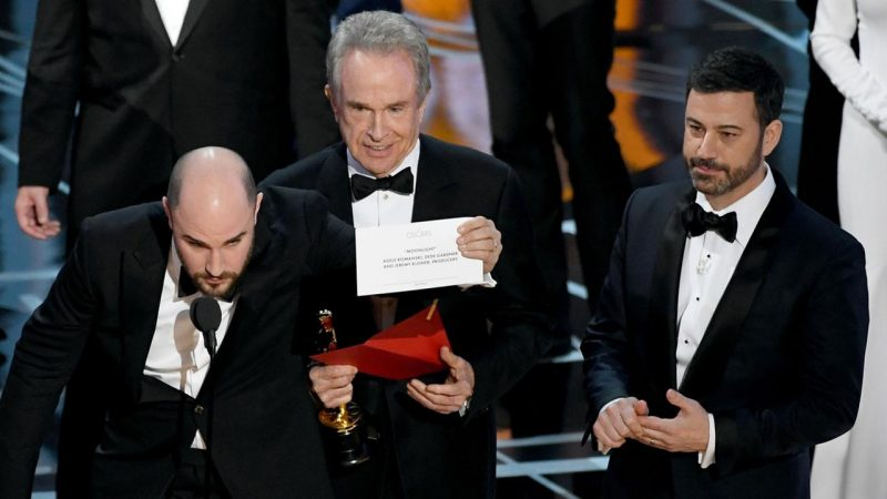 warren beatty holding up correct moonlight win card