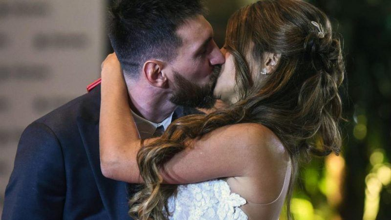 Lionel Messi and Antonela Roccuzzo extends barcelona play until 2021