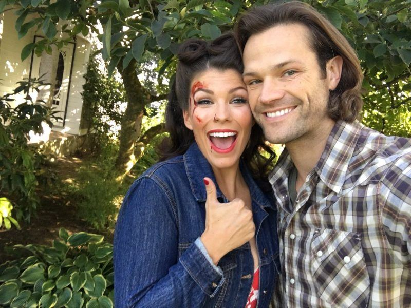 sarah troyer with jared padalecki supernatural movie tv tech geek interview