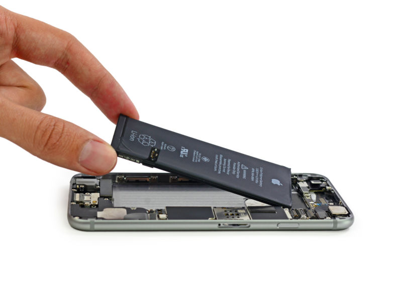 apple customers angry at software slowing down iphones battery problem
