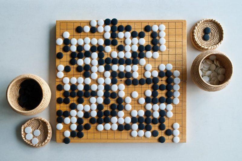othello board game black white pieces