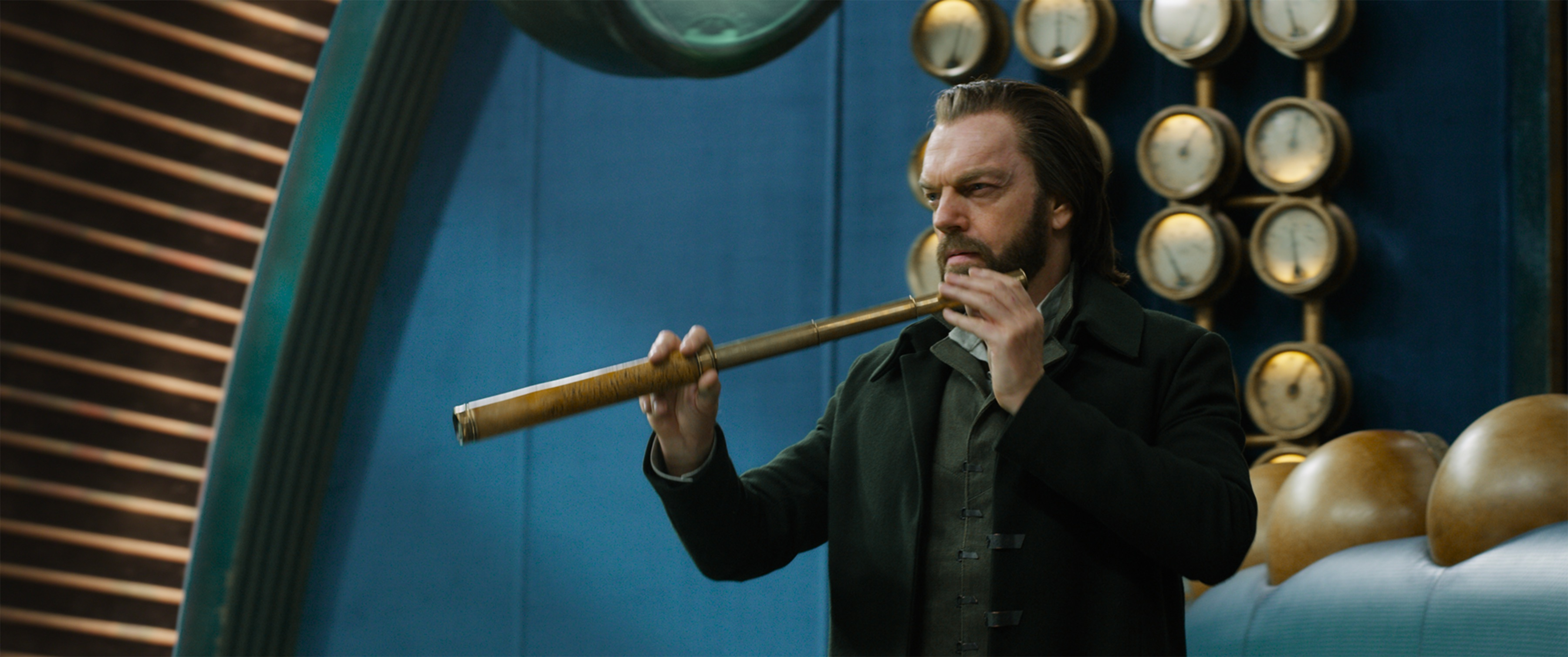 mortal engines hugo weaving with big pipe images