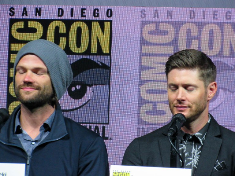 jared padalecki jensen ackles eyes close for supernatural comic con mttg panel