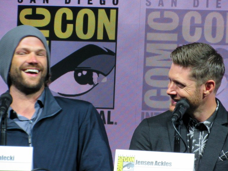 jared padalecki laughing with jensen ackles comic con 2018