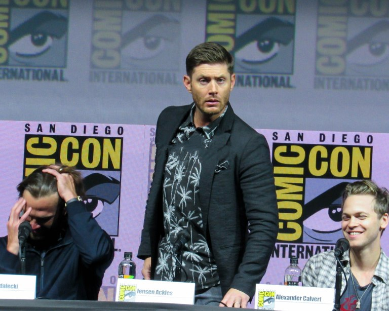 jensen ackles works his dean winchester star at comic con 2018