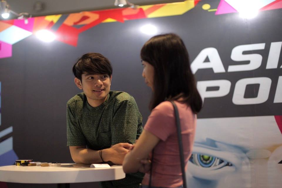 osric chau with fan at asiapop comiccon 2018