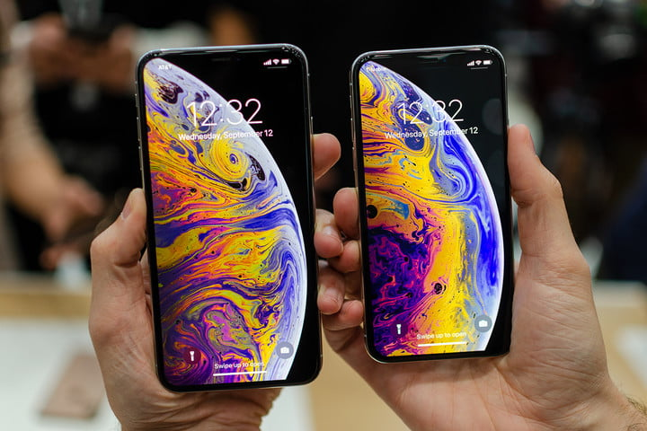 iphone xs xs max in hands