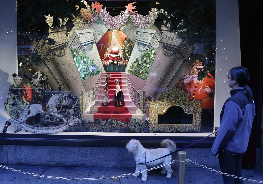 lord taylor famous figth avenue windows with santa on throne