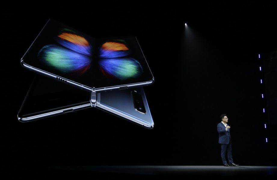 samsung president showing off galaxy fold s20 model