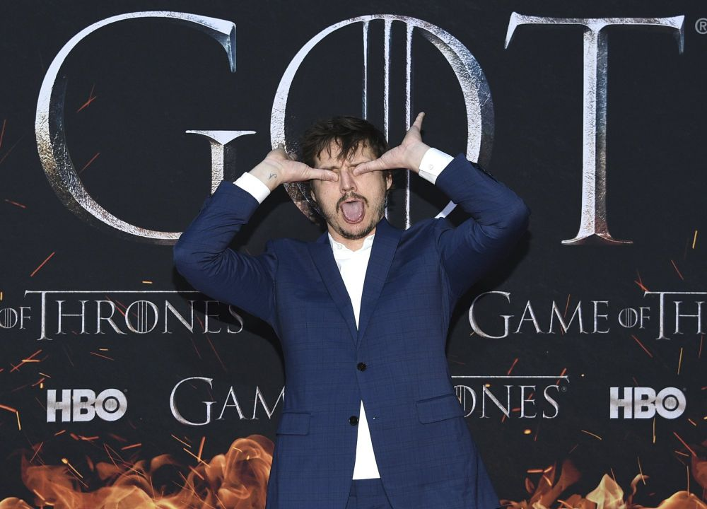 pedro pascal jams fingers in eye at game of thrones final season premiere 2019