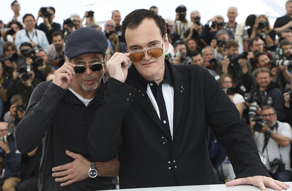 brad pitt tips glasses with quentin tarantino cannes