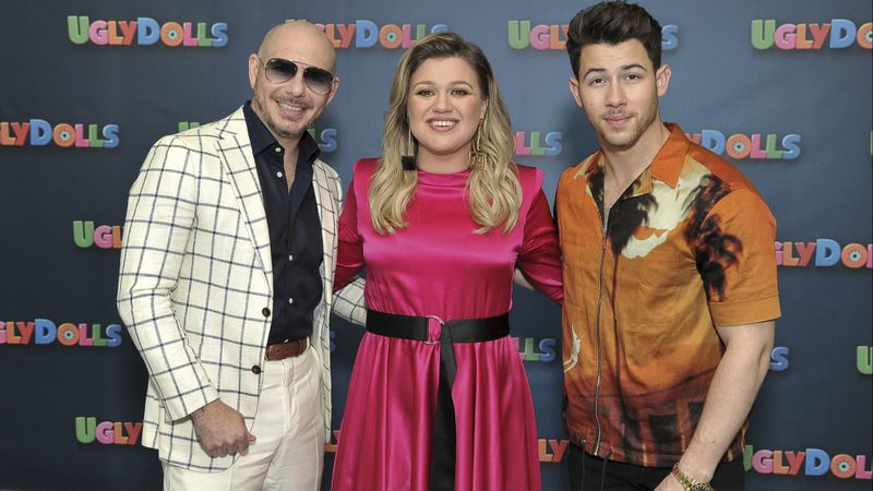 kelly clarkson with nick jonas and pitbull at uglydolls premiere